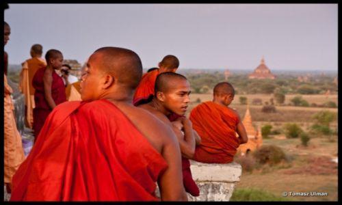 MYANMAR / Mandalay / Bagan / mnisi oglądają zachód słońca