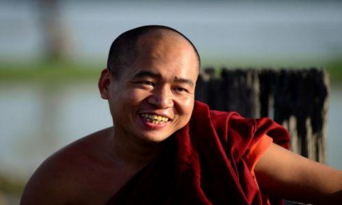 Zdjecie MYANMAR / Mandalay / Amarapura / Mnich