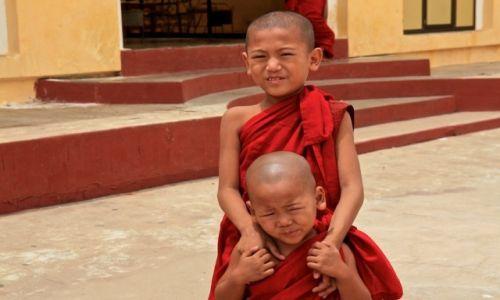 MYANMAR / - / Bagan / młodzi mnisi