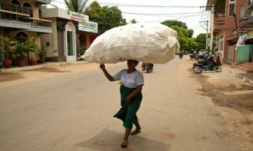 MYANMAR / - / Bagan / kobieta w birmie