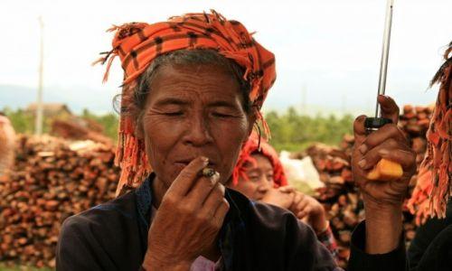 Zdjecie MYANMAR / - / Jezioro Inle / birmanka z cygarem