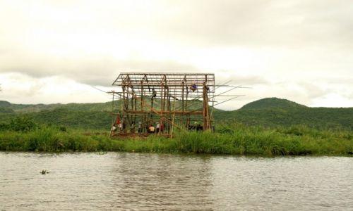 Zdjecie MYANMAR / - / Jezioro Inle / budowa domu nad jeziorem Inle