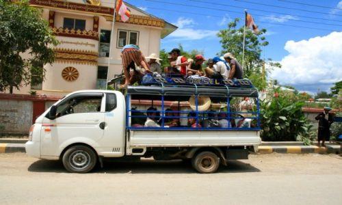 Zdjecie MYANMAR / - / Jezioro Inle / załadunek ciężarówki-busa