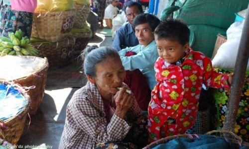 Zdjecie MYANMAR / Mandalay / BAGAN / Kobieta z cygarem