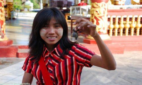 Zdjecie MYANMAR / Mandalay / BAGAN / Dziewczynka sprzedająca dzwoneczki