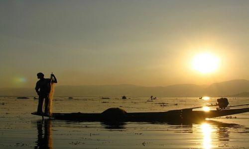 MYANMAR / stan Shan / jezioro Inle / zachód słońca nad Inle