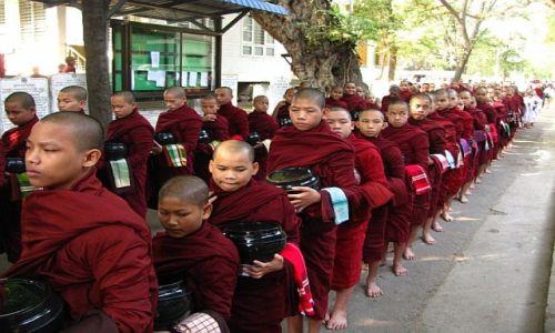MYANMAR / okolice Mandalay / Amarapura / posiłek mnichów