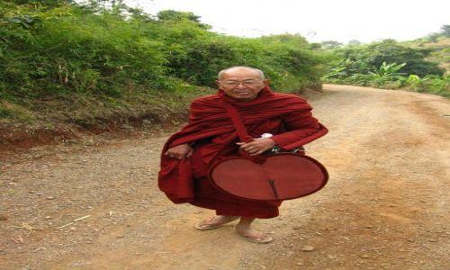 Zdjecie MYANMAR / stan Shan / okolice jeziora Inle / trekking - wędrujący mnich