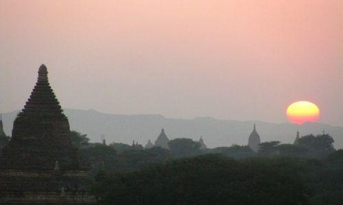 Zdjęcie MYANMAR / środkowa Birma / Stary Bagan / zachód słońca nad Baganem