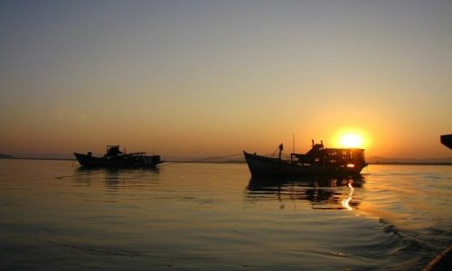 Zdjecie MYANMAR / środkowa Birma / Nyaung OO / zachód  słońca nad Irawadi