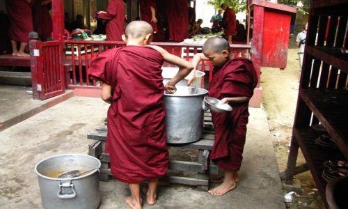 Zdjęcie MYANMAR / okolice Mandalay / Amarapura / nakładanie ryżu