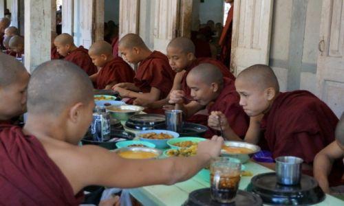 Zdjecie MYANMAR / Mandalay / Mandalay / Monks