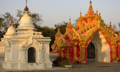 Zdjęcie MYANMAR / Mandalay / Mandalay / Kuthodaw Paya