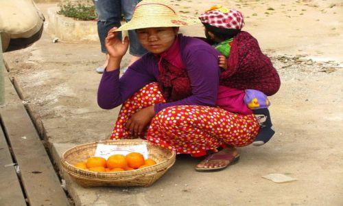 Zdjęcie MYANMAR / trasa Nyaungshwe - Nyaung OO / . / uliczna sprzedawczyni