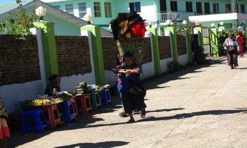 Zdjęcie MYANMAR / okolice Bago / Kyaiktiyo / tragarz