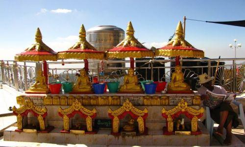 Zdjęcie MYANMAR / okolice Bago / Kyaiktiyo / ołtarzyk