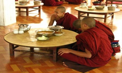 Zdjęcie MYANMAR / Bago / Bago / klasztor Sha-Khat Wain posiłek mnichów