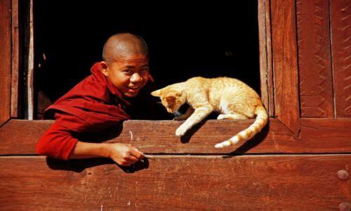 Zdjecie MYANMAR / Myanmar / klasztor / Zabawa z mnichem