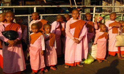 Zdjęcie MYANMAR / Yangon / Yangon / mniszki