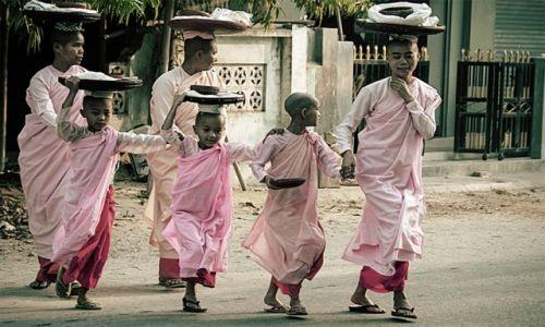 Zdjecie MYANMAR / - / Bagan / poranny rytuał