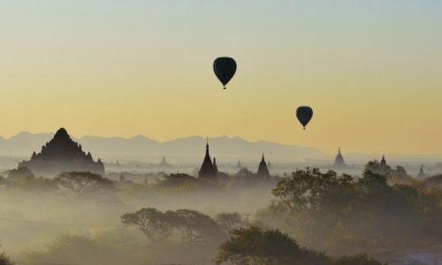 Zdjecie MYANMAR / .Bagan / . / świt