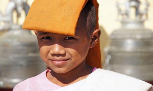 Zdjecie MYANMAR / Myanmar / Rangun / Mniszka w świątyni