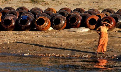 Zdjęcie MYANMAR / Bagan / Bagan / Może ktoś kupi dzban?