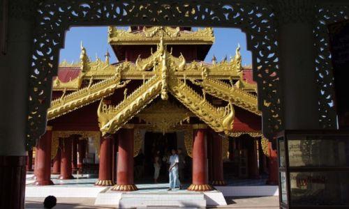 Zdjęcie MYANMAR / Mandalaj / Nyaung-U  ( okolice Bagan ) / Świątynia na dziedzińcu Shwezigon Pagody