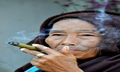 Zdjecie MYANMAR /  Nyaungshwe / Okolice jeziora Inle  / Kobieta