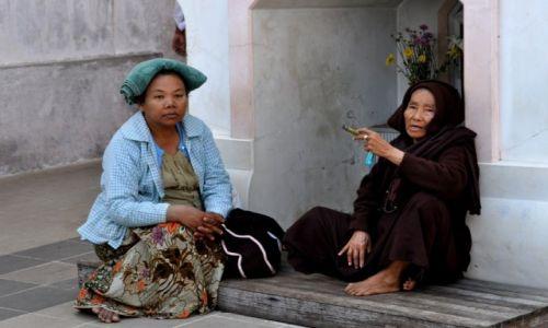 Zdjęcie MYANMAR / Kyaiktiyo / Kyaiktiyo / W świątyni