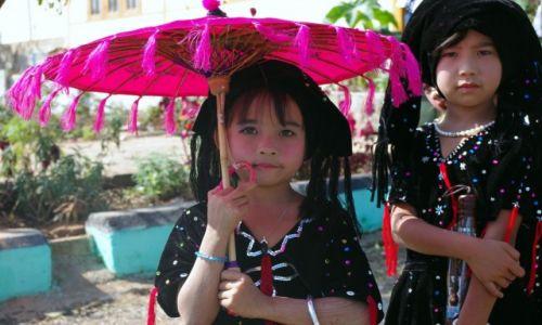 Zdjęcie MYANMAR / Shan / Kalaw / Tazaungman Full Moon Festival w Kalaw - młode uczestniczki