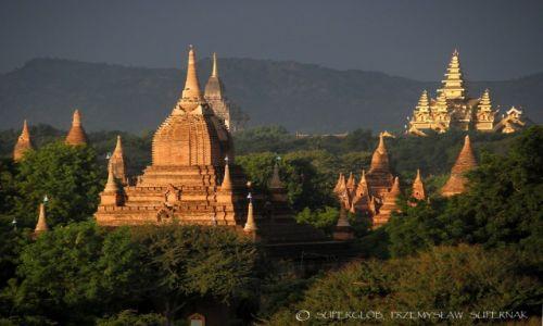 MYANMAR / Bagan / Bagan / Bagan o wschodzie słońca