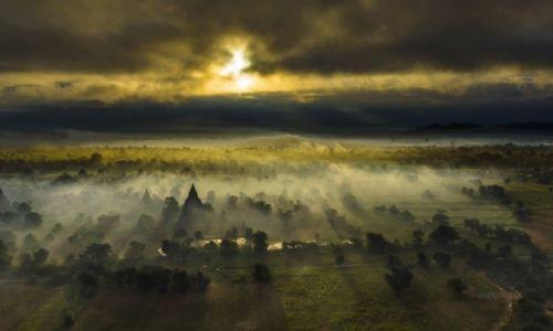 MYANMAR / Bagan / Bagan / Wschód słońca nad Bagan