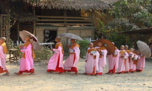 Zdjecie MYANMAR / Arakan / Mrauk-U / Mniszki