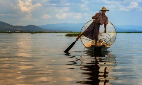 MYANMAR / Inle / Inle /  Rybak z jeziora Inle