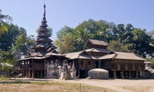 MYANMAR / na płd od Shwego / A Myinth Village / Prawie drewniany stary klasztor