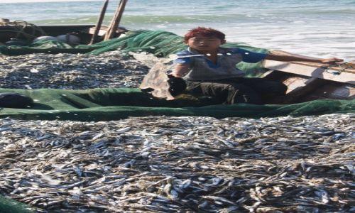 Zdjęcie MYANMAR / Ngwe Saung Beach / Ngwe Saung Beach / Łódź z urobkiem lekko się podtapia