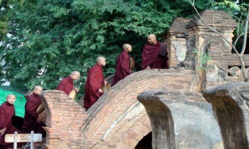 Zdjęcie MYANMAR / Prowincja Mandalaj / Pagan / Mnisi