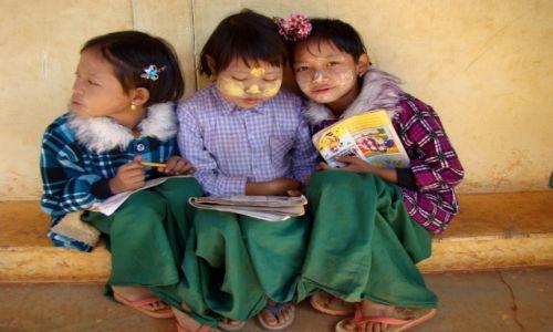 Zdjęcie MYANMAR / stan Shan / wiejska szkółka / Szkolne przyjaciółki