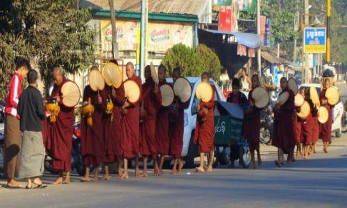 Zdjęcie MYANMAR / gdzieś po drodze / ulica / Wykarmić taką armię...
