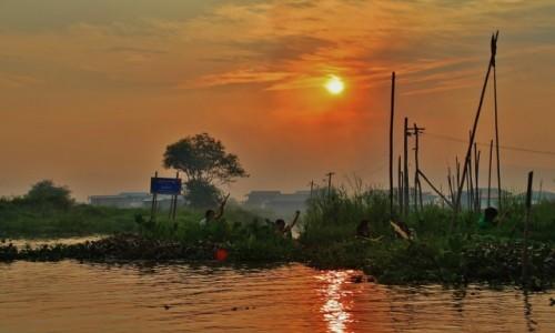 Zdjęcie MYANMAR / - / Inle lake / Kończący się dzień