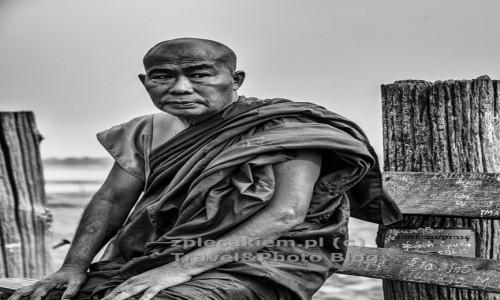 Zdjęcie MYANMAR / Azja / Myanmar / Mnich na moście