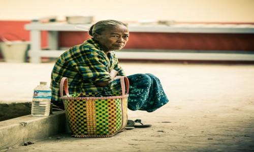 Zdjecie MYANMAR / Bagan / Pagan / czekając na ...