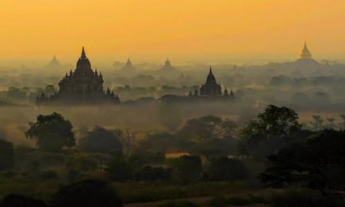 Zdjęcie MYANMAR / - / Bagan / Bagan sunrise