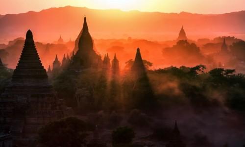 MYANMAR / Mandalay / Bagan / Słońce zachodzi nad Bagan