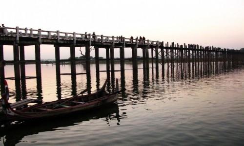 MYANMAR / okolice Mandalay / Amarapura / most U Bein o zachodzie słońca
