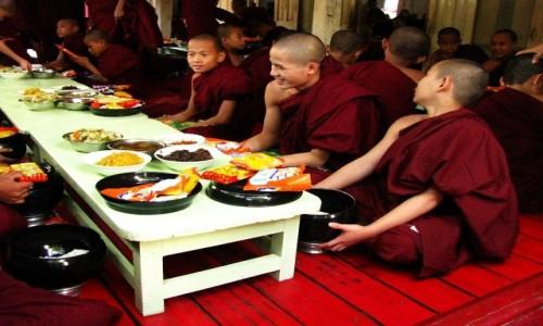 Zdjecie MYANMAR / okolice Mandalay / Amarapura / śniadanie mnichów