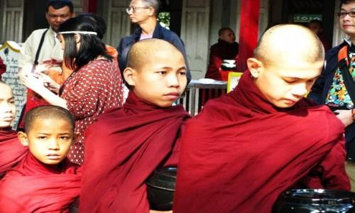 Zdjecie MYANMAR / okolice Mandalay / Amarapura / w oczekiwaniu na posiłek
