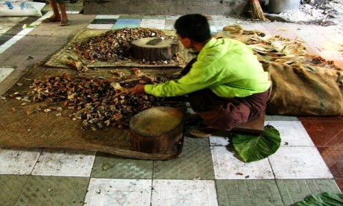 MYANMAR / okolice Mandalay / Amarapuraaa / przygotowanie posiłku