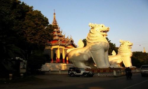 Zdjecie MYANMAR / Mandalay / Mandalay Hill / brama wejściowa na wzgórze